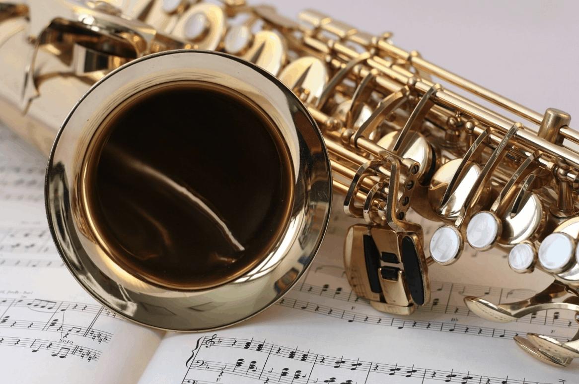 Saxofon ležící na notách
