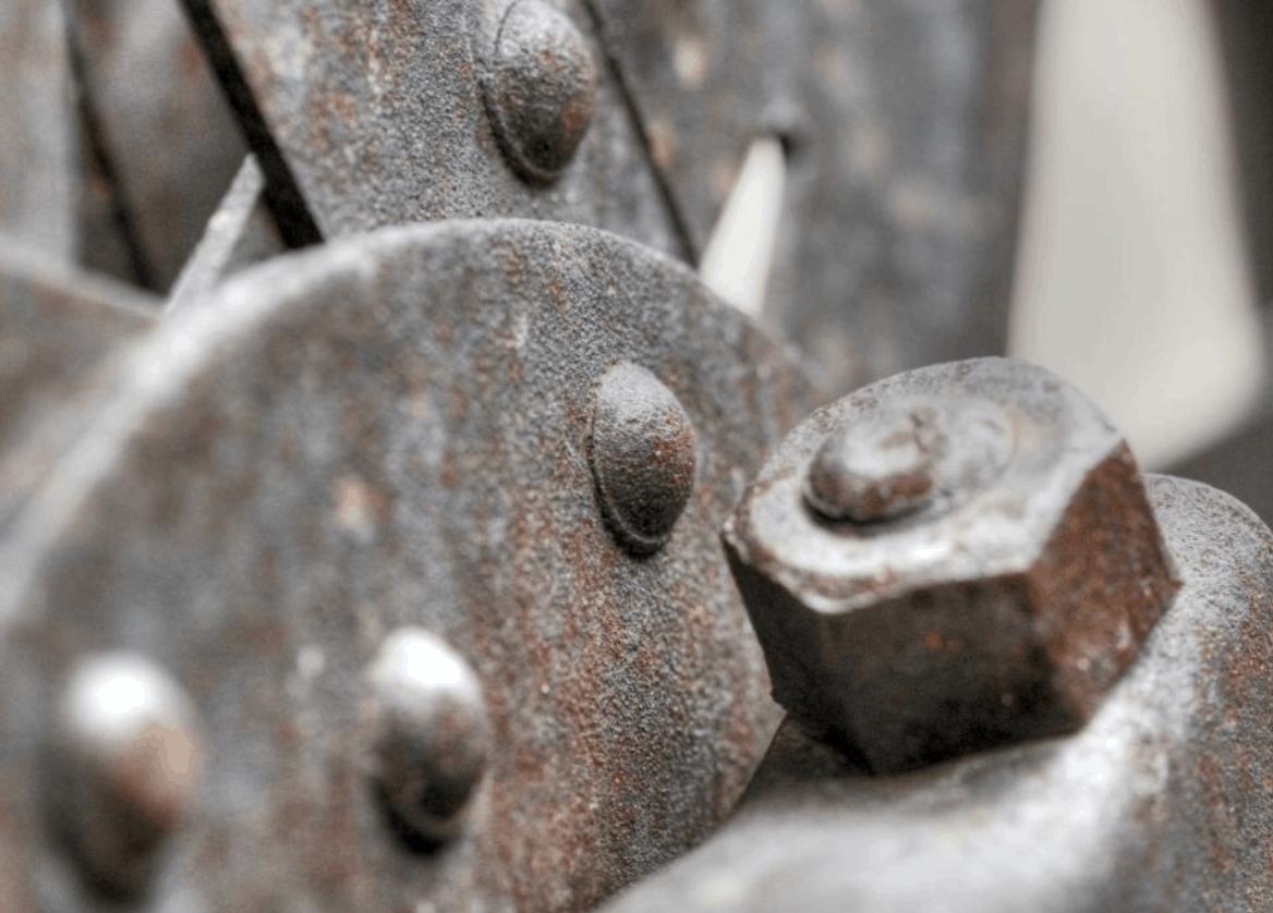zrezivělý šroub na kovové konstrukci