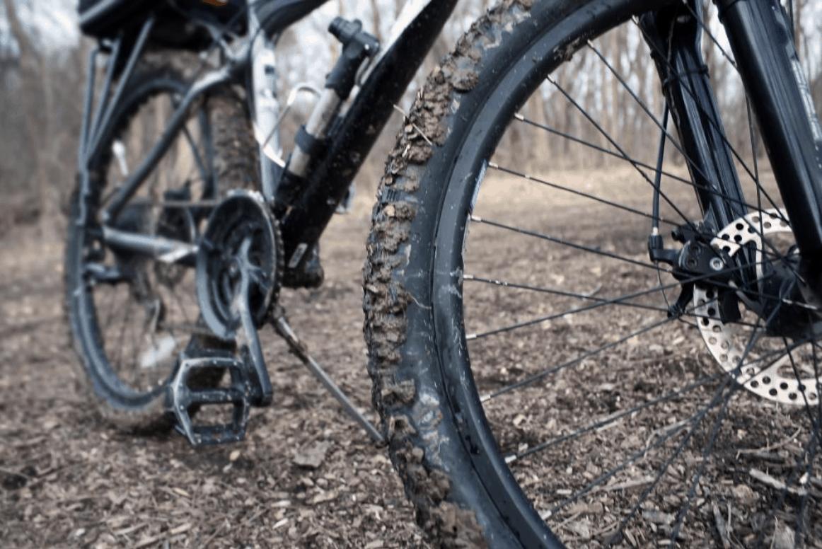 špinavé kolo na vyschlé trávě