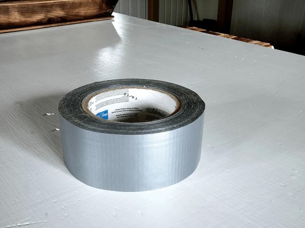 Lepicí páska Duct Tape umístěná na stole
