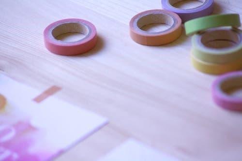 Odstranit zbytky lepicí pásky Duct Tape může být výzva