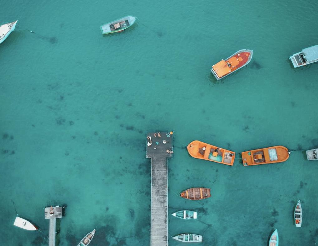 etecký pohled na několik lodí na pobřeží