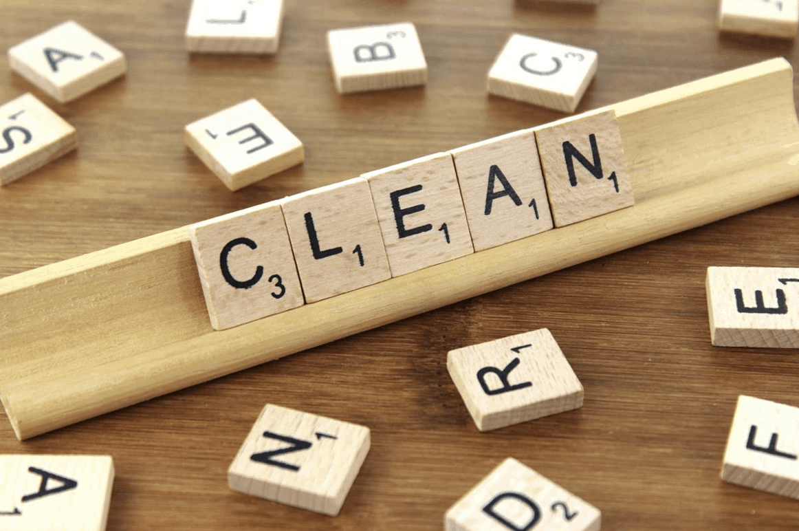 Odborník na čištění udržuje zámky na lodi čisté a funkční
